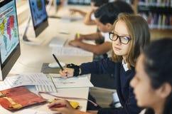 Mädchen, die Karten-Klassen-Konzept studieren lizenzfreies stockfoto