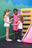 Mädchen, die klatschendes Spiel in der Vorschule spielen Lizenzfreie Stockfotografie