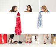 Mädchen, die Kleidung im wordrobe schauen Stockfotografie