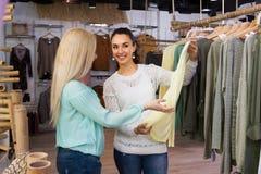 Mädchen, die Kleidung wählen Stockfotos