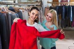 Mädchen, die Kleidung wählen Lizenzfreie Stockfotografie