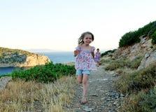 Mädchen, die in Landschaft laufen Stockfotos