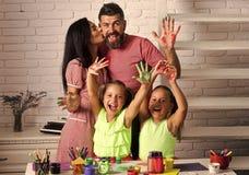 Mädchen, die mit bunten Farben zeichnen stockbild