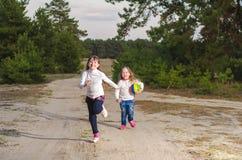 Mädchen, die mit einem Ball spielen Lizenzfreies Stockbild