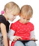 Mädchen, die mit einem Tablettecomputer spielen stockfotografie