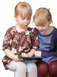 Mädchen, die mit einem Tablettencomputer spielen stockfotos