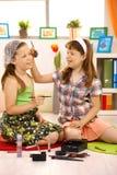 Mädchen, die mit Kosmetik spielen Lizenzfreies Stockbild