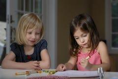 Mädchen, die mit Zeichenstiften zeichnen Lizenzfreie Stockfotografie