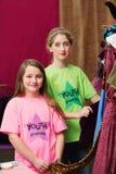 Mädchen, die nahe Kostüme im Jugendtheater stehen Stockbild