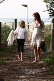 Mädchen, die nahe Strand gehen stockbild