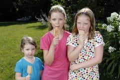 Mädchen, die Popsicle essen Stockbild