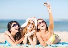 Mädchen, die Selbstfoto auf dem Strand machen Lizenzfreies Stockbild
