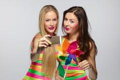 Mädchen, die selfie mit Smartphone nehmen Stockbilder