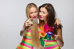 Mädchen, die selfie mit Smartphone nehmen Stockfotos