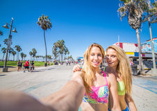 Mädchen, die selfie in Venedig-Strand nehmen stockfotografie