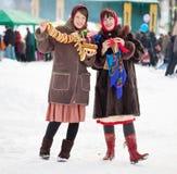 Mädchen, die Shrovetide bei Russland feiern Stockbilder