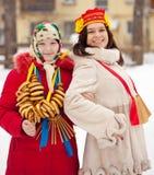Mädchen, die Shrovetide bei Russland feiern Lizenzfreie Stockfotos