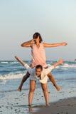 Mädchen, die Spaß auf dem Strand haben Stockfotos