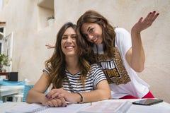 2 Mädchen, die Spaß auf einer Terrasse haben stockfotografie