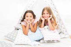 Mädchen, die Spaßtipihaus haben Mädchenhafte Freizeit Schwesteranteilklatsch, der Spaß zu Hause hat Pyjamapartei für Kinder cozy lizenzfreie stockbilder