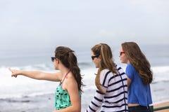 Mädchen, die Strand sprechen Stockbild