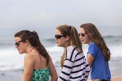Mädchen, die Strand sprechen Lizenzfreie Stockfotografie