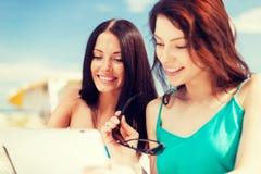 Mädchen, die Tabletten-PC im Café betrachten Lizenzfreies Stockfoto