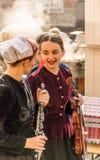 M?dchen, die traditionelle Ausstattungen und Musikinstrumente tragen stockfoto