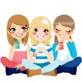 Mädchen, die unter Verwendung Smartphones sitzen lizenzfreie abbildung