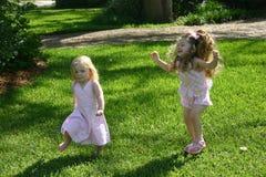 Mädchen, die Verfolgung spielen Stockbild