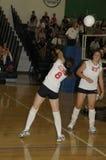 Mädchen, die Volleyball spielen lizenzfreies stockfoto