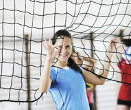 Mädchen, die Volleyballinnenspiel spielen Stockfotografie