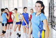 Mädchen, die Volleyballinnenspiel spielen Stockfoto