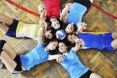 Mädchen, die Volleyballinnenspiel spielen Lizenzfreies Stockbild