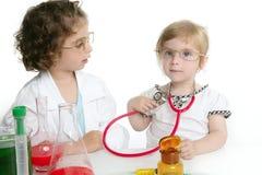 Mädchen, die vortäuschen, Doktor im Labor zu sein Stockfotografie
