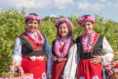 Mädchen, die während des Rosen-Sammelnfestivals in Bulgarien aufwerfen Lizenzfreie Stockfotografie