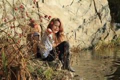 Mädchen, die Wasser aufpassen Stockfotografie
