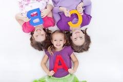 Mädchen, die Zeichen a-B C anhalten stockfotos
