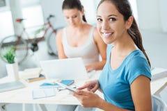 Mädchen, die zu Hause neue Technologien einsetzen Lizenzfreie Stockfotos