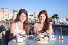 Mädchen, die zu Mittag essen lizenzfreies stockfoto
