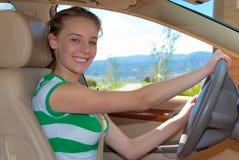 Mädchen, die zuerst Lektionen antreiben Lizenzfreies Stockfoto