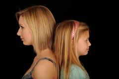 Mädchen, die zurück zu Rückseite stehen Lizenzfreie Stockbilder