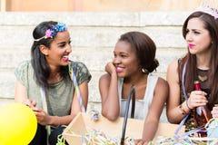 Mädchen, die zusammen auf Jungesellinnen-Party feiern Stockfoto