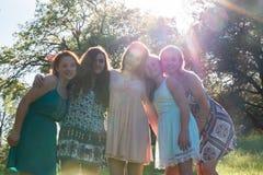 Mädchen, die zusammen mit Bäumen im Hintergrund stehen Lizenzfreie Stockfotos