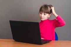 Mädchen drückt in Laptop Lizenzfreie Stockbilder