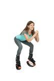 Mädchen duckt sich in Stiefel kangoo Sprüngen Lizenzfreies Stockbild
