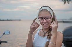 Mädchen durch das Meer stockbild