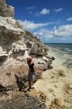 Mädchen durch das Meer Stockfoto
