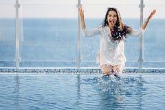 Mädchen durch das Pool lizenzfreie stockfotos