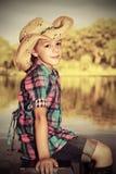 Mädchen durch den See lizenzfreie stockbilder